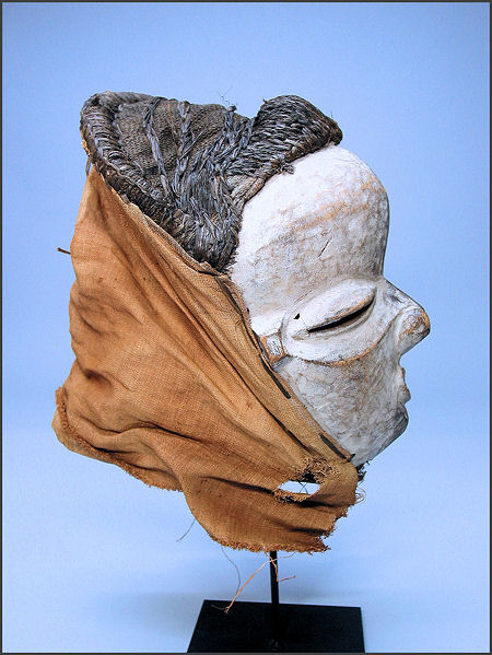pende mbangu dancer The mask comes from the central pende region in the bandundu province when carried or worn during a dance, the mbangu mask does not exert magic powers.